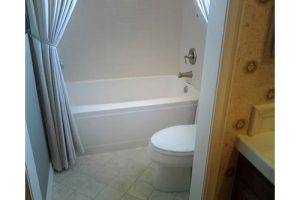 small bathroom with tub and toilet
