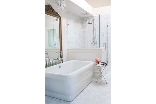 bathroom with white michelangelo beauty tub